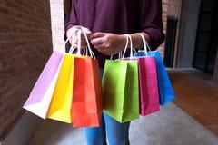 Hållande shoppingpåse för kvinna på tappninggatan i shoppinggalleria, s royaltyfria bilder