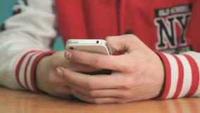 Hållande silver-vit för okänd student smartphone lager videofilmer