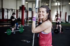 Hållande skivstång Pole för säker kvinna i idrottshall Royaltyfria Foton