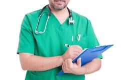 Hållande skrivplatta för allmän läkare Arkivfoton