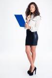 Hållande skrivplatta för eftertänksam affärskvinna Royaltyfri Foto