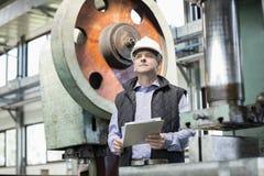 Hållande skrivplatta för manlig arbetsledare i metallbransch arkivbilder