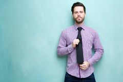 Hållande slips för ung affärsman Fotografering för Bildbyråer
