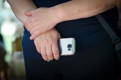 Hållande smartphone för äldre kvinna Arkivfoto