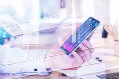 Hållande smartphone för affärsman med diagrammet Royaltyfri Bild