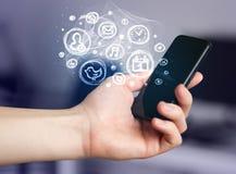 Hållande smartphone för hand med mobila app-val Royaltyfria Foton