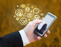 Hållande smartphone för hand med mobila app-val Arkivfoto
