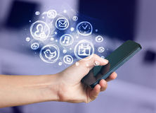 Hållande smartphone för hand med mobila app-val Arkivbild