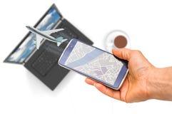 Hållande smartphone för hand på det suddiga flygflygplanet Royaltyfri Bild