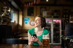 Hållande smartphone för kvinna Royaltyfri Foto