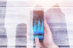 Hållande smartphone för man med diagrammet Fotografering för Bildbyråer