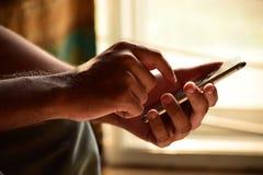 Hållande smartphone för person Royaltyfri Bild