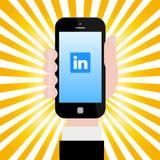 Hållande smartphone med den Linkedin logoen