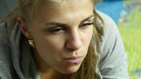 Hållande snabbmathamburgare för fet kvinna och tugga den äta matskräp långsam rörelse lager videofilmer