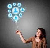 Hållande social nätverksballong för kvinna Arkivfoton