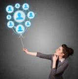 Hållande social nätverksballong för kvinna Royaltyfria Bilder