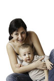 Hållande son för moder i henne armar, medan le som en lycklig familj Arkivfoto