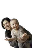 Hållande son för moder i henne armar, medan le som en lycklig familj på vit bakgrund Arkivbild