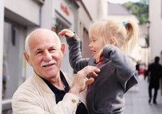 Hållande sondotter för farfar arkivbilder