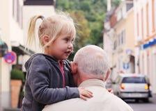 Hållande sondotter för farfar royaltyfri bild