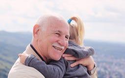 Hållande sondotter för farfar fotografering för bildbyråer
