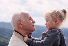 Hållande sondotter för farfar royaltyfri foto