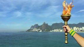 Hållande sportfackla Rio de Janeiro för hand stock video
