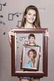 Hållande stående för vuxen syster med hennes familj Fotografering för Bildbyråer