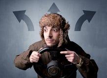 Hållande styrninghjul för man Arkivfoto
