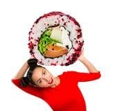 Hållande sushi för ung härlig kvinna arkivbilder