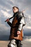 Hållande svärd för riddare Royaltyfri Foto