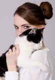 Lady med katten fotografering för bildbyråer