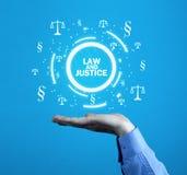 Hållande symboler för hand för rättvisa Scales och avsnitt Lag och justi Royaltyfri Fotografi