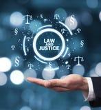 Hållande symboler för hand för rättvisa Scales och avsnitt Lag och justi Royaltyfria Bilder