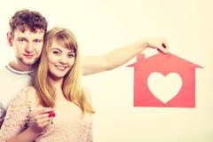 Hållande symboler för lyckliga par Arkivbild