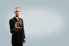 Hållande tablet för man med eurosymbol Arkivfoton