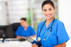 Kvinnlig sjuksköterskatablet royaltyfri bild