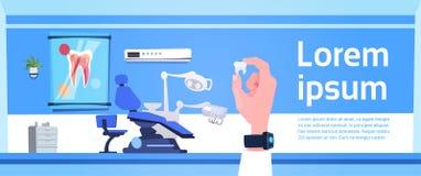 Hållande tand för hand över tandläkareHospital Or Clinic för tand- kontor det inre begreppet vektor illustrationer