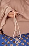 Hållande tasbih för kvinnahand Royaltyfria Foton