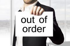 Hållande tecken för affärsman ut ur beställningssammanbrott Arkivfoton