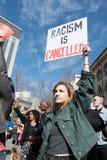 Hållande tecken för kvinna mot rasism Royaltyfri Bild