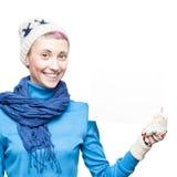 Hållande tecken för ung gladlynt kvinna på vit bakgrund Arkivfoto