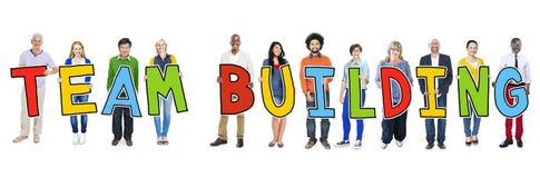 Hållande text Team Building för olik grupp människor Arkivbilder