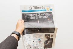 Hållande tidning för man med Emmanuel Macron på den första sidaräkningen Royaltyfria Foton