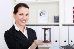 Hållande timglas för affärskvinna. Arkivfoton