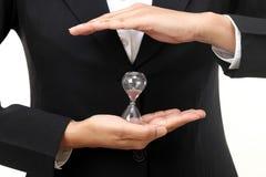 Hållande timglas för affärskvinna Royaltyfri Fotografi