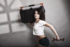 Hållande toolbox för sexig flicka och skiftnyckelskruvnyckel Royaltyfria Foton