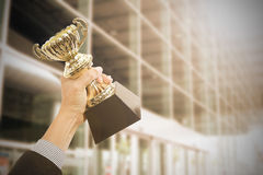 Hållande troféutmärkelser efter lyckat royaltyfri fotografi