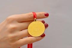 Hållande turkiskt guld- mynt för kvinna Fotografering för Bildbyråer
