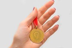 Hållande turkiskt guld- mynt för kvinna Royaltyfria Bilder
